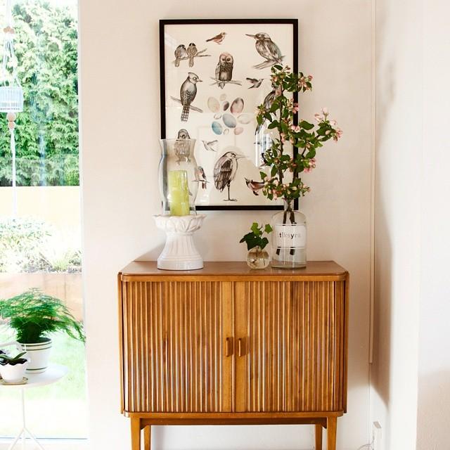 Man kan ju inte låta bli att plocka in äppelkvistar nu när de blommar! #appleblossom #gardening #arkitektenstradgard #blomstagram #olssongerthel #plantlove #interiorinspiration #retrofurniture