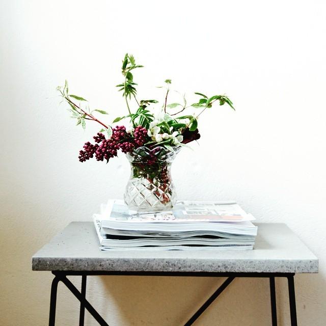 On my bedside table- flowers of course! Klart blommor är det första man vill se när man vaknar bordet är vår egen design, ett rätt så trist (men billigt) bord från Ilva som hottats upp med en måttbeställd kalkstensskiva och lite svart färg. #arkitektenstradgard #bedsidetable #Ilva #blomstagram #interiorinspiration #gardenlove #cutflowers #cornus #lilacs #inredningsdetaljer #inredningsinspiration