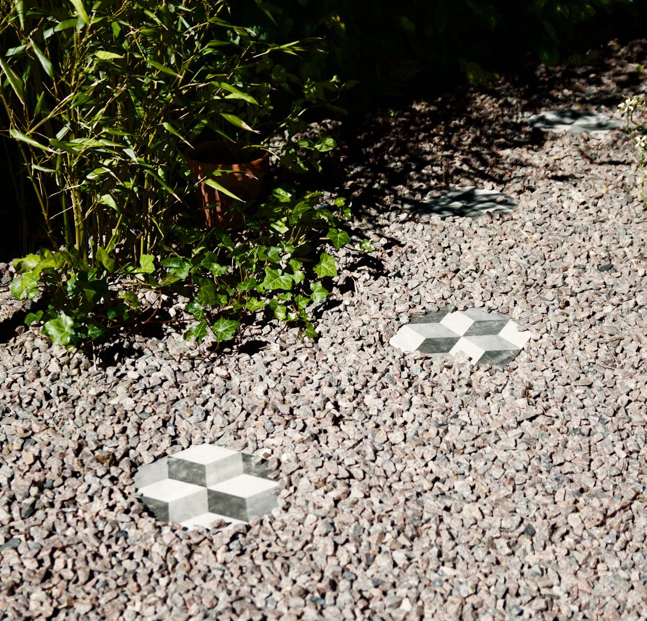 Projekt i köksträdgården med konradssons kakel   arkitektens trädgård