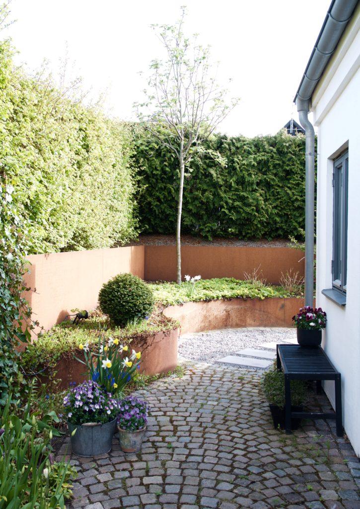 e4173508 Funderar just nu på om jag ska plantera några högre buskar framför min Rönn  i hörnet. Skulle gärna vilja ha något lite yvigare här som gjorde hörnan  lite ...